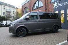 VW T5 Multivan mit extra angebrachter Schutzfolie für den Fahrradträger nach kompletter Folierung in Charcoal matt metallic.