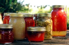 Home Canning 101 Learn how to can food. Canning Tips, Home Canning, Canning Recipes, Konservierung Von Lebensmitteln, Canning Process, Canned Food Storage, Canning Tomatoes, Canning Vegetables, Freezing Vegetables