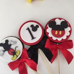 Pirulitos decorados 🤗 #mickey #festamickey #mickeymouse Mickey Birthday, Mickey Party, Minnie Mouse Party, Mouse Parties, Disney Parties, Mickey Mouse Cupcakes, Mickey Cakes, Mickey E Minie, Disney Mickey Mouse
