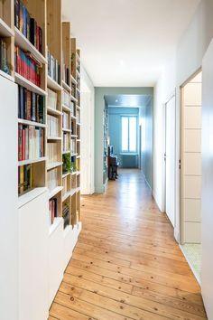 Dans la nouvelle entrée se déploie une bibliothèque sur mesure, l'un des points d'orgue du projet