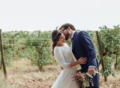 Momentos que no querrías que terminasen nunca. @laulobe Muchas gracias  Imagen: @momentabodas  #sisterstocados #tocados #noviasister #novias #coronadeflores #tiaras #tocadosnovia  #wedding #headpiece #millinery #bodas #muysisters
