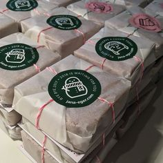 bread packaging Single cookies wrapped in sandwich paper + yarn + card + sticker in 2019 Brownie Packaging, Sandwich Packaging, Bread Packaging, Dessert Packaging, Bakery Packaging, Food Packaging Design, Packaging For Cookies, Bake Sale Packaging, Cookies Branding