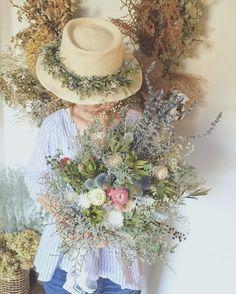 . . natural bouquet . たっぷりのグリーンとナチュラルな小花たち。 全てドライフラワーのブーケです。 お揃いの花冠はハットにしても とっても可愛いです . . . #ガーデンウエディング#ナチュラルウエディング #花#フラワー#flower#flowers #結婚式 #ウエディングフォト#ウエディング #wedding #前撮り#フォトウエディング #フラワーアレンジメント#flowerarrangement #花冠 #麦わら帽子#ドライフラワー #dryflower#アーティフィシャルフラワー #花束#ブーケ#bouquet#アンティーク#antique #花のある暮らし#インテリア#インテリアフラワー #ボタニカル#botanical#贈り物 Pippas Wedding, Wedding Bouquets, Wedding Flowers, Dried Flower Bouquet, Dried Flowers, Hand Flowers, Paper Flowers, Natural Bouquet, Rustic Bouquet