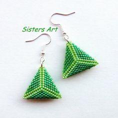 Orecchini verdi a triangolo doppio realizzati con perline delica Miyuki, by Sisters Art, in vendita su http://www.misshobby.com/it/negozi/sisters-art