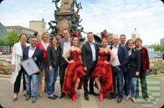 """Anlässlich der Ersterwähnung Leipzigs vor 1.000 Jahren durch Bischof Thietmar von Merseburg feiert die Stadt in diesem Jahr das längste Bürgerfest Mitteldeutschlands. Höhepunkte der Feierlichkeiten sind das StadtFestSpiel """"Lipsias Löwen"""" am 30. Mai 2015 sowie die sich daran anschließenden StadtFestTage vom 31. Mai bis 7. Juni 2015, die vom Leipzig 2015 e.V. veranstaltet werden."""