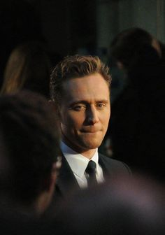 Tom Hiddleston at the High Rise premiere during London Film Festival (09.10.15) Source: Torrilla, Weibo. Full size: http://ww3.sinaimg.cn/large/6e14d388gw1eww79czat8j20ts0js3zo.jpg