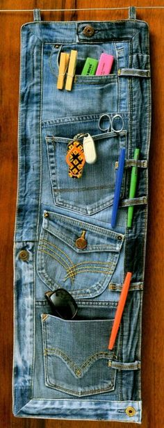 How to recycle an old bluejeans into an organiser. Look for jeans at your local – 2019 - Denim Diy Diy Jeans, Recycle Jeans, Upcycle, Reuse, Jean Crafts, Denim Crafts, Fabric Crafts, Sewing Crafts, Sewing Projects