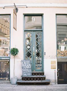 Store front in copenhagen shop sensations кафе, интерьер, ви Café Bar, Exterior Design, Interior And Exterior, Decoration Photo, Lokal, Coffee Shops, Shop Fronts, Copenhagen Denmark, Copenhagen Style