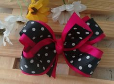 It is common to see decoration items, clothes and even cakes and other types of candy with bows and ornaments that resemble the piece. Gift Ribbon, Gift Bows, Ribbon Bows, Grosgrain Ribbon, How To Make A Ribbon Bow, Holographic Fabric, Youtube How To Make, Types Of Candy, Pet Shop