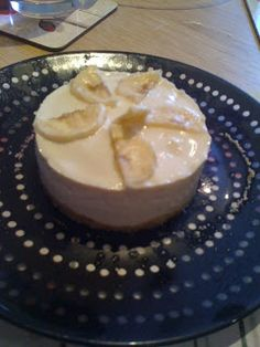 Low Syn Banoffee cheesecake Serves 2 - syns each Ingredients 2 crushed digestives syns per digestive) 1 tub of quark 1 toffee Muller light 2 sliced bananas 2 egg rings mix yoghurt with quark and layer up Slimming World Deserts, Slimming World Puddings, Slimming World Tips, Slimming World Recipes, Slimming Workd, Ww Recipes, Cooking Recipes, Recipies, Free Recipes