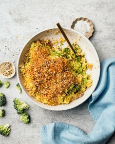 This Cheddar Broccoli Orzo with Everything Bagel Spice Mix Breadcrumbs is a comforting vegetarian hybrid between broccoli cheddar soup and cheesy pasta. #vegetarianrecipe #easyrecipe #orzo Broccoli And Potatoes, Fresh Broccoli, Broccoli Cheddar, Vegetarian Main Dishes, Vegetarian Dinners, Vegetarian Recipes, Healthy Recipes, Fancy Salads, Crispy Quinoa