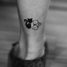 tatouage chaton chat amoureux cat tattoo dessin chats noir cheville Source by elodiedegrandis Mini Tattoos, New Tattoos, Body Art Tattoos, Small Tattoos, Tatoos, Black Cat Tattoos, Tattoo Black, S Tattoo, Tattoo Trend