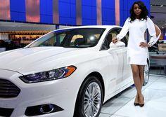 Ford Fusion Hybrid 2012: Su sistema híbrido combina un motor a gasolina Atkinson- Cicle 2.5 litros de 156CV, con un motor eléctrico que genera otros 35 caballos; en conjunto desarrollan 191CV. y 136 libras de torque que se envían a las ruedas delanteras vía una transmisión CVT. Si se acelera con suavidad, el motor eléctrico puede funcionar solo hasta 47mph (75 km/h), por lo que las emisiones contaminantes son cero. Se alimenta de una batería de iones de litio de 275v ubicada en la parte post...