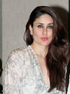 Kareena Kapoor Takes Our Breath Away In a Summer Style Most Beautiful Bollywood Actress, Indian Bollywood Actress, Indian Actresses, Kareena Kapoor Photos, Kareena Kapoor Saree, Karena Kapoor, Deepika Padukone Style, Indian Bikini, Beautiful Girl Photo