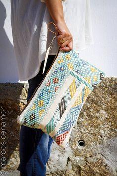 bolso elaborado artesanalmente con tejido de tapiz bereber hecho a mano con fibras y tintes naturales.   www.facebook.com/misterce