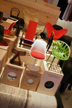 迷你收藏/Ball chair 球椅Eero Aarnio這個簡單醒目、色彩鮮艷的球型椅可說是60年代流行文化的典型代表。 這時代的技術已經容許我們把塑料這種材質做成更複雜的形狀。在那個嚮往宇宙的年代,這個閃亮發光的球體似乎看起來冰冷前衛,但只要坐進去就能感受到無比柔軟和它帶來的安全感。就好像整個人進入一個太空膠囊,舒適且自由地,朝向嶄新的未來邁進。 Vitra博物館使用原型為1990年Adelta公司之原創作品,職人以玻璃纖維、鋁合金、織品和沙發軟墊手工製成1:6珍藏模型。 本商品為預購商品,海運期貨約為4-6個月,詳情歡迎來電客服專線(02)8772-6060 分機 9