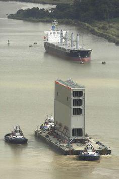 Una gabarra transporta una de las nuevas compuertas de la ampliación del canal de Panamá, cerca de Panama City (Arnulfo Franco, 2014)
