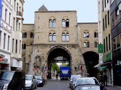 Kölner Ecken: Die Eigelstein-Torburg mit Kutterwrack und Kölschem Boor