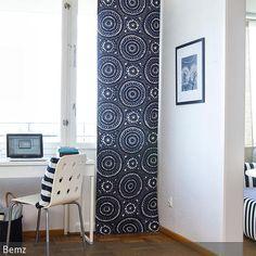 Die Schiebegardine im orientalischen Look verleiht dem schlichten Arbeitszimmer in Weiß einen exotischen Touch. Mit dem flauschigen Langflor-Teppich ist sogar für …