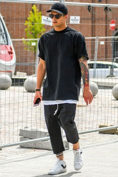 Find Mens Fashion at FashionBeans. The latest information, advice and tips about Mens Fashion in our men's fashion & style guide. Men Street, Street Wear, Black Outfit Men, Black Men, Streetwear Men, Look Man, Stylish Mens Outfits, Casual Outfits, Herren Outfit
