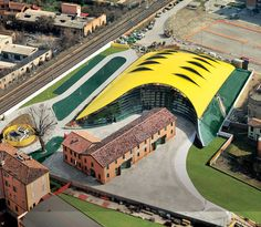 Giant engine bonnet: The Ferrari-Museum by Andrea Morgante enframes the birthplace of Enzo Ferrari in Modena.