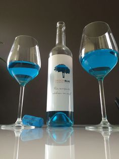 Pasion Blue de bijzondere blauwe wijn van 100% chardonnay en een natuurlijke blauwe kleur van blauwe druiven! #wijny #bonimport #pasionblue #blauwewijn #wijn #chardonnay