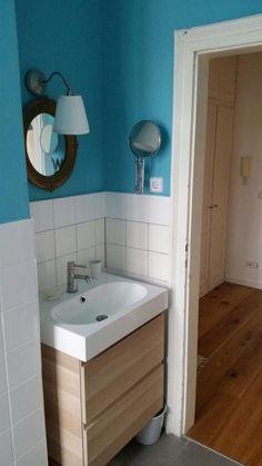Eine frische Farbe, wie beispielsweise Türkis, macht sich sehr gut in jedem Badezimmer! Schöne Deko-Elemente sind außerdem der schicke, runde Spiegel und die Hängelampe. #badezimmer #einrichten #ideen #blau #türkis #farbe #deko