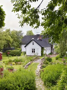 lantliv nr 4 2016 - ANNA TRUELSEN INTERIOR STYLIST & INFLUENCER Cottage Farmhouse, Garden Cottage, White Cottage, Cottage Homes, Cottage Style, Nature Hd, Interior Stylist, Home Goods, Sweet Home