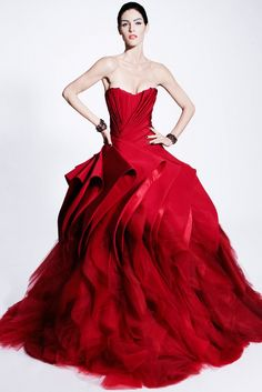 Extravagant and non-conformist wedding dresses on behalf of Zac Posen. The 2012 Zac Posen wedding dresses are definitely about strong colors, feminine shapes and dramatic looks. Evening Dress Long, Evening Dresses, Afternoon Dresses, Zac Posen, Red Fashion, Look Fashion, Couture Fashion, Fashion Models, Luxury Fashion