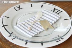 Lemonade Makin& Mama: New Years DIY clock charger plates Charger Plate Crafts, Charger Plates, Winter Holidays, Holidays And Events, Silvester Diy, New Year Diy, Clear Plates, Diy Tableware, New Year's Crafts