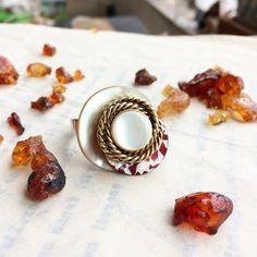 Anello regolabile Amber. Anello con bottone di PaperartRoma