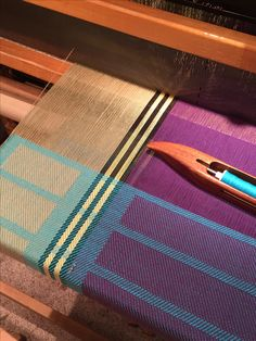 Something like this using turned taquete Weaving Textiles, Weaving Art, Loom Weaving, Hand Weaving, Weaving Designs, Weaving Projects, Weaving Patterns, Textile Fiber Art, Textile Prints