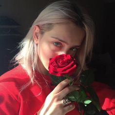 Image de girl, rose, and red Aesthetic People, Red Aesthetic, Aesthetic Photo, Tumblr Girls, Girl Photos, Pretty People, Red Roses, Portrait Photography, Beauty