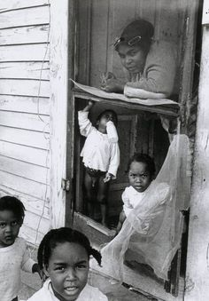Thomas Hoepker - Mother and children, New Orlean, 1963. S)