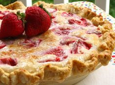 Summer Strawberry Sour Cream Pie - Willow Bird Baking This looks good, I want to try it when Strawberries are in season. Just Desserts, Delicious Desserts, Yummy Food, Sour Cream Desserts, Yummy Treats, Sweet Treats, Strawberry Desserts, Strawberry Cream Pies, Lemon Desserts
