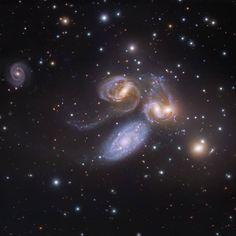 21 отметок «Нравится», 1 комментариев — Astrobitácora (@astrobitacora) в Instagram: «Este es el Quinteto de Stephan. Es el primer grupo compacto de galaxias identificado. Está a unos…»