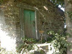 Caseta, co potín, porta e peto co atributo masculino, que había antes en todalas portas.