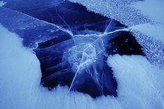 Quand la rivière glacée montre ses failles... / Fractured river ice ! / Photo by Dean.