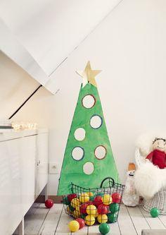 Een kerstboom om mee te spelen? Véél leuker dan een gewone boom natuurlijk! En, je maakt 'm gemakkelijk zelf. Knip een driehoek uit karton, teken cirkels en snij ze uit, laat je kleintje de boom verven met een spons of met de handen, plaats een ster en tadaaa … gooi maar met kerstballen! Christmas Activities For Toddlers, Toddler Activities, School Christmas Party, Christmas Crafts, Advent, Diy For Kids, Crafts For Kids, Theme Noel, Merry Xmas