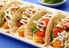 Los tacos de pescado son deliciosos. Preparalos casi al momento de servirlos para evitar que se aguaden las tortillas y el pescado siga crujiente por afuera.