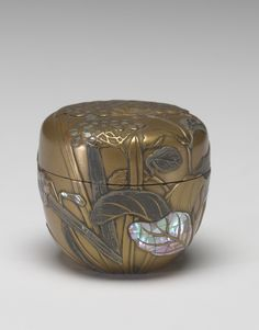 Tea Caddy century Japanese, Edo period Lacquer with maki-e decoration, mother-of-pearl inlay x in x cm Gift of the Estate of Senator Hugh Scott a-b Tea Container, Chinese Crafts, Japanese Artwork, Tea Canisters, Japanese Tea Ceremony, Art Japonais, Edo Period, Tea Caddy, Tea Art