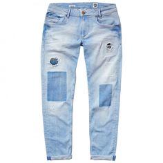 Jean de fit slim, cintura baja y pierna estrecha. Cinco bolsillos ribeteados. Lavado bajo y detalle de rotos en la parte delantera. Vuelta en el bajo.