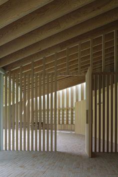 Villa at Sengokubara by Shigeru Ban. Exposed roof joists + slatted partitions.