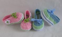 Crochet pattern for baby shoes – ballerinas – laced shoes as PDF-File. You can crochet the shoes in every colour you like and just use the fitting ribbon. The pattern is for 2 sizes. 9cm and 10cm (3,5 and 4 inch) length of sole. This pattern is easy