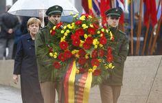 03.05 D'anciens déportés et Angela Merkel se sont retrouvés à Dachau (sud de l'Allemagne) pour commémorer la libération du camp nazi.Photo: Keystone/AP/Matthias Schrader