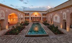 Shah Yelani Home, Kashan, Iran#Cette charmante ville tire son nom de la céramique « kashi », qu'elle produisait au Moyen Âge. Elle est toujours réputée pour son artisanat, notamment les tapis de soie qui ont assuré sa prospérité. Située entre Téhéran et Ispahan, Kashan séduit pour ses paisibles jardins, une atmosphère qui tranche avec le désert alentour, et la superbe architecture des superbes maisons de négociants et des hammams traditionnels.#http://urlz.fr/3giL#irantours.com#9,6,24