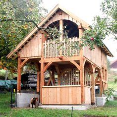Fachwerk-Stall für Schafe und Hühner aus Lärchenholz