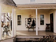 love this beautiful, simple Christmas porch