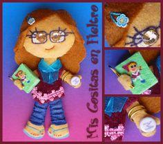 MONIGOTAS PROFESORAS 35 A 40 (BROCHES DE FIELTRO) Felt Dolls, Gingerbread Cookies, Teacher, Christmas Ornaments, Holiday Decor, Felt Projects, Handmade, Animal, Board