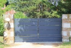 Notre gamme Himalia est proposée en portail battant ou en portail coulissant. Il s'agit d'un portail acier, avec possibilité de le commander anticorrosion. Gate, Garage Doors, Outdoor Decor, Iron, Home Decor, Galvanized Steel, Irons, Interior Design, Home Interior Design